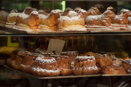 Nahaufnahme des traditionellen Kougelhopf im elsässischen Laden?