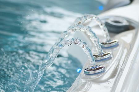 primo piano del getto d'acqua nel bagno di turbolenza
