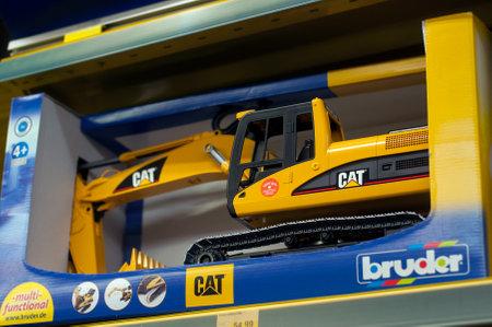 Mulhouse - Francia - 7 dicembre 2019 - Primo piano del giocattolo buldozer catterpillar per dale in un supermercato di un negozio di giocattoli Editoriali