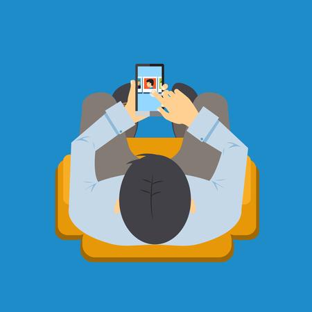 socializando: Vista desde arriba de un hombre sentado en una silla usando una aplicación en su teléfono móvil con la pantalla visible cuando se desplaza con su ilustración vectorial dedo