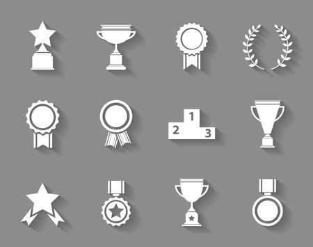 reconocimiento: Set de éxito premio vector blanco y victoria iconos con trofeos estrellas tazas de cintas rosetones medallas medallones ofrenda floral y un podio en gris