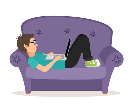 deberes: Gamer hombre acostado en el sofá con el portátil