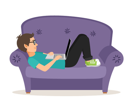 Gamer homem que encontra-se no sofá com o laptop