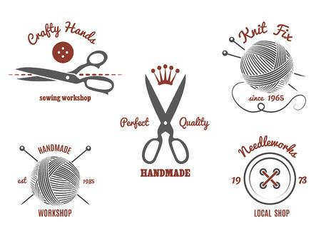 coser: Logotipos hechos a mano fijados. Tejer lana, aguja e hilo, bola y g�neros de punto, tijeras y dise�o de la costura, ilustraci�n vectorial
