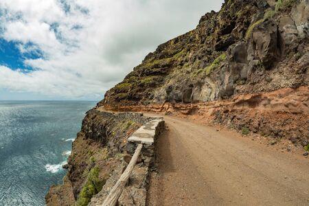 Route de campagne étroite jusqu'au plateau de Punta Llana, où se trouve l'Ermita de Nuestra Senora de Guadalupe à La Gomera. Lentille de fisheye. Sentier de randonnée descendant vers le plateau côtier. Les îles Canaries. Banque d'images