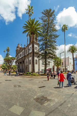 SAN CRISTOBAL DE LA LAGUNA, SPAIN - APRIL 7, 2019: Cathedral of San Cristobal de la Laguna. Tourists and locals walk along the numerous pedestrian streets. Vertical frame. Redakční