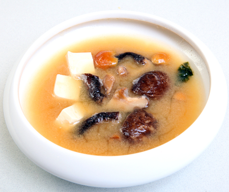 Japanese soup with shiitake mushrooms. Soup with soy cheese Tasty healthy food. Dietary soup with mushrooms. Soup in a bowl. Imagens