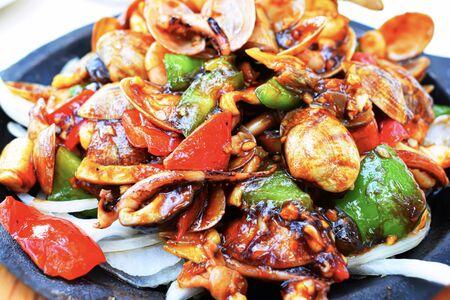 Cucina cinese, pesce fritto con verdure. Gamberi, conchiglie, salsa di peperoni di polpo Archivio Fotografico