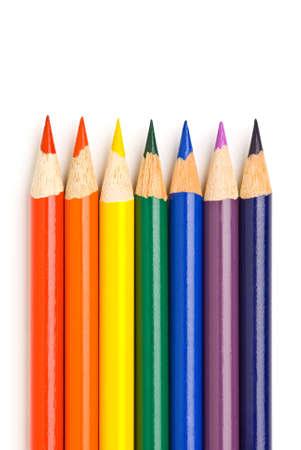 모두 흰색으로 격리하는 날카롭게 그려진 된 연필에 무지개 색