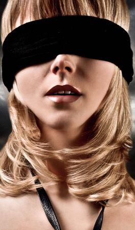 Nahaufnahme einer schönen blonden Frau mit verbundenen Augen