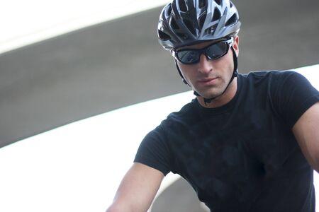 ciclista: Foto de un hombre con gafas de sol y casco de ciclista