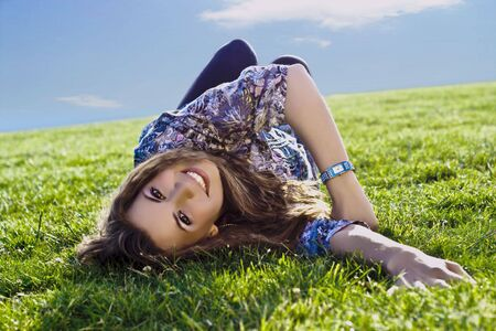 Photo Of A Sexy Girl Smiling While Lying On A Grass Field Standard-Bild