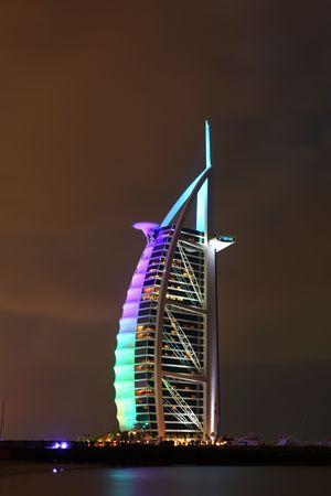 the emirates: DUBAI, Emiratos �rabes Unidos - 29 de noviembre: Bella vista de noche de Hotel Burj Al Arab, en Dubai, U.A.E, el 29 de noviembre de 2009