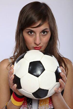 Ernsthafte deutscher Fußball-Fan-Girl Holding The Ball