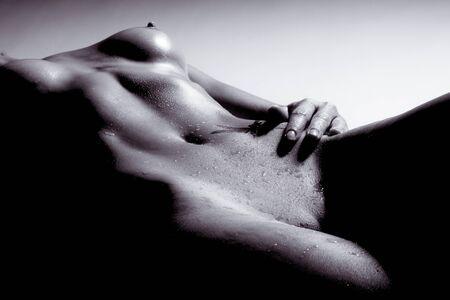 Perspektivische Ansicht einer schönen nackten Frau In Schwarzweiß