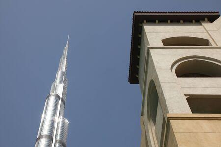DUBAI, Vereinigte Arabische Emirate - 2112011: Business Bay Boulevard, Blick auf Gebäude neben dem Burj Dubai Editorial