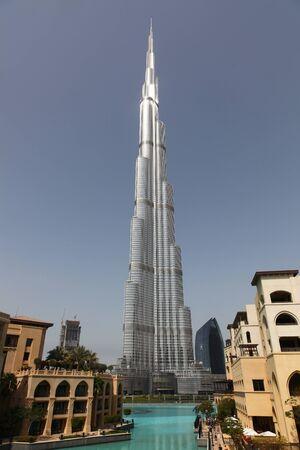 DUBAI, Vereinigte Arabische Emirate - 2112011: Burj Dubai mit Wasser und Gebäude vor
