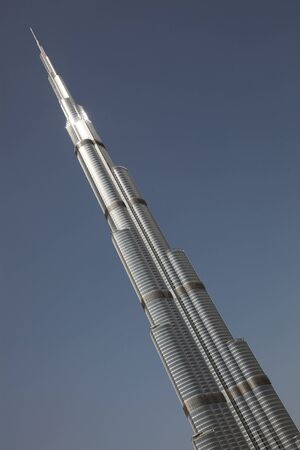 DUBAI, Vereinigte Arabische Emirate - 2112011: Burj Dubai Skyscraper auf einem klaren, blauen Himmel isoliert