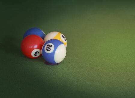 piscine à balles sur la table verte