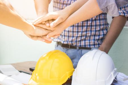 Hand van ingenieurs neemt coördinatie en maakt een overeenkomst in investering over huis en woonplaats Stockfoto