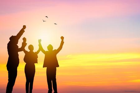 Teamwerk en succesconcept, bedrijfsmensen silhouetteren en winnen