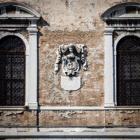particolare: particolare facciata della scuola dei morti sul Canal Grande a Venezia, Italia