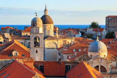 ドゥブロヴニク、クロアチアには古い砦の教会や建物の日没で屋上ビュー