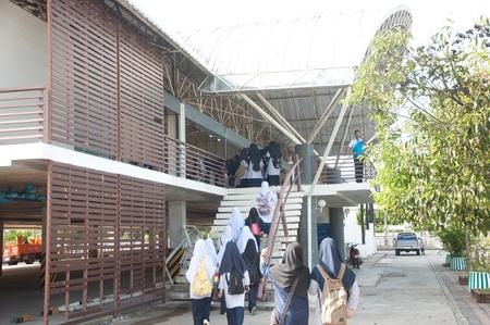 atender: YALA, Tailandia - 03 de diciembre: estudiantes identificados para asistir a seminario religioso en el Seminario Religioso para el cumplea�os rey tailand�s en 03 de diciembre 2011 en el Centro Juvenil de Yala, Tailandia