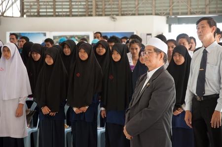 atender: YALA, Tailandia - 03 de diciembre: Personas no identificadas asistir a un seminario religioso en el Seminario Religioso para el cumplea�os del rey de Tailandia el dic 3, 2011 en el Centro Juvenil de Yala, Tailandia