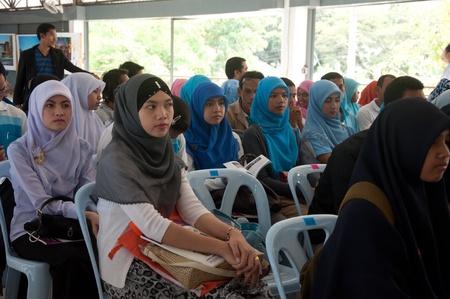 atender: YALA, Tailandia - 03 de diciembre: Los estudiantes no identificados asistir a un seminario religioso en el Seminario Religioso para el cumplea�os del rey de Tailandia el dic 3, 2011 en el Centro Juvenil de Yala, Tailandia