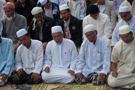 educacion fisica: YALA, Tailandia - 29 de octubre: los hombres no identificados Yala Musim altos orar por Dios para la ceremonia, en rezar a Al� isl�mico ceremonia de Dios el 23 de Oct de 2011 a las Yala Instituto de la educaci�n f�sica, Tailandia
