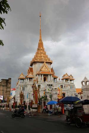 wat traimit: Bangkok, Thailand - September 2, 2016: Traimitra temple locate at the end of Yaowarat (Bangkoks Chinatown). Wat Traimit houses the worlds largest massive gold seated Buddha. Editorial