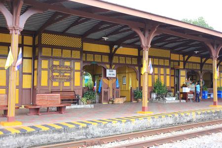 retained: Trang, Tailandia - 5 de septiembre 2016: La estación de tren Kantang ha conservado diseños originales de madera y pintado de amarillo mostaza, una característica única conservada y registrada con el Departamento de Bellas Artes.