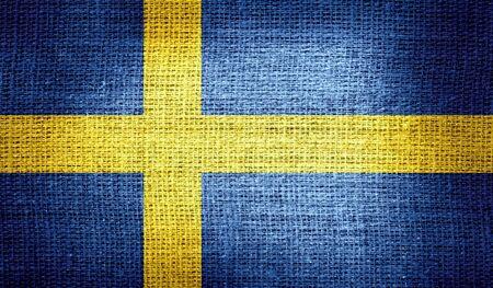 bandera suecia: Bandera de Suecia en tela de arpillera Foto de archivo