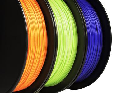 Filament voor 3D-afdrukken. Heldere thermoplastiek van neonoranje, groene en blauwe kleuren. Geïsoleerd op een witte achtergrond. Materiaal geproduceerd uit polylactisch (pla) zuur. Drie rollen verticale weergave. Macro, uitsnijding. Concept van nieuwe technologie voor modellering. Stockfoto - 64283953