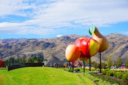 Cromwell/Neuseeland: Apple Pear Cherry Apricot Steinobst Symbol im Zentrum von Cromwell Cherry Capital berühmtes Touristenziel blauer Himmel grüne Graswiese an sonnigen Tagen