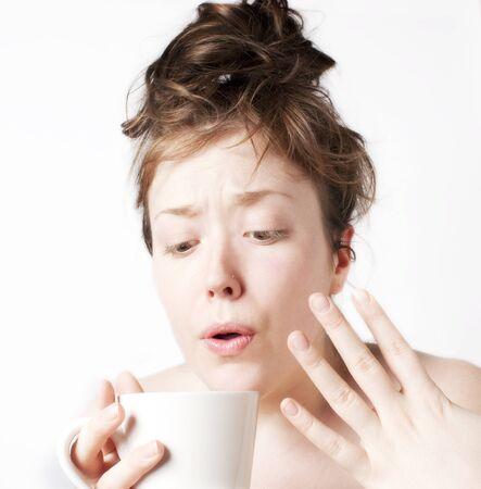 ホット コーヒーを吹く若い女性 写真素材