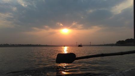 ボートのオークと夕日 写真素材 - 71296317