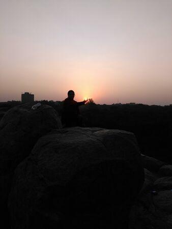 火の玉として手に太陽を持つ女性 写真素材 - 72547268