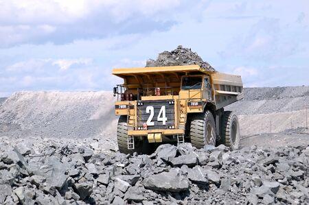 大きな鉱業トラック