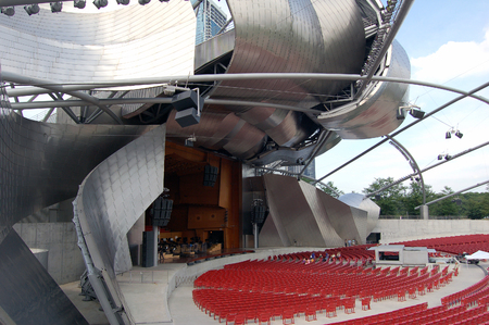 A picture of the Harris theater in the Millennium Park in Chicago Redakční