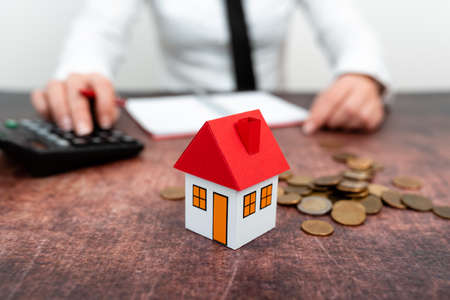 Lady Presenting New Home Savings Deals In Outfit, Business Woman Showing Possible Investment Oppurtiunities For New House, Mortegage Installments Exhibits For Recent Apartments Sales Banque d'images