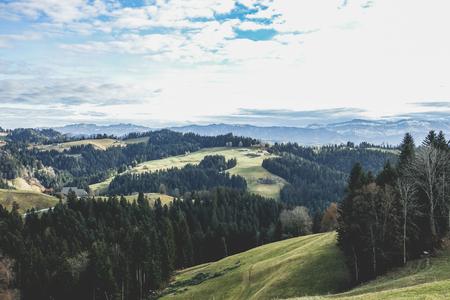 Panoramatický výhled na švýcarské kopce a sněhové hory v Langnau IE - přírodní scenérie pro pěší turistiku, horolezectví a rodinné prázdniny - Dovolená koncept - klasický teplý filtr -