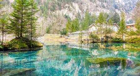 블 러시 KANDERGRUND, 스위스 - 12 월 18 일, 2016 : 겨울에 푸른 호수 자연 공원 관광객과 여행자를위한 Kandersteg, Switzerland.Paradise 산 풍경.