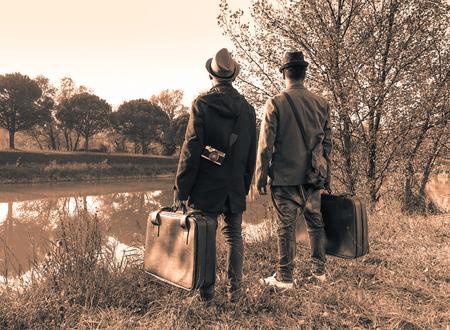 히프스터 친한 친구가 모험을 할 준비가되었습니다 - 여행 및 패션 빈티지 개념 - 흑백 편집 - 따뜻한 부드러운 갈색 필터링 된 모양