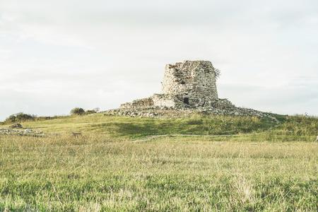 Ruines de la ville antique en temps préhistorique situé dans l'île de la Sardaigne - La culture de Nuraghe est une civilisation de 1500 ac - Concept de visite de l'ancienne bastion et ruines de l'Italie - Filtre rétro vintage Banque d'images