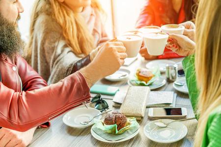 Jeunes amis applaudissant avec du café au lait au bar Restaurant de la cafétéria - Bonne hipster qui grille le cappuccino - Concept d'amitié et de petit-déjeuner - Focus sur les doigts de l'homme à droite - Filtre chaud