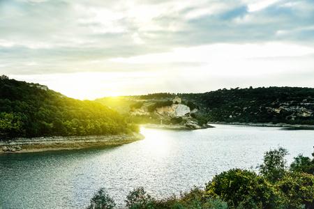 Ostrov jezera se nachází v Isili, Sardinie italské oblasti - Úžasný panoramatický výhled na středozemní vnitrozemí Itálie při západu slunce - Koncepce krajiny a dovolené - Historický teplý filtr