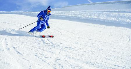 Joven, atleta, esquí, en, Deux, Alpes francés, montañas, en, soleado, día - esquiador, equitación, Abajo, invierno, nieve, deporte, competición - entrenamiento, y, vacaciones, concepto, -, suave, foco,