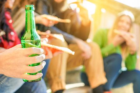 Grupo, Feliz, amigos, brindar, Cerveja, comer, pizza, Levar, Ao ar livre, cidade, centro jovem, pessoas, tendo, divertimento, provando, rua, alimento, refei